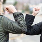 La OMS recomienda evitar los saludos con el codo